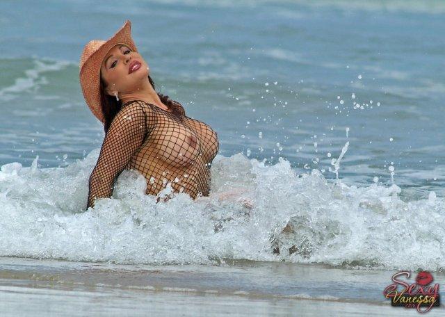 Толстая актриса с большими буферами ебётся на природе после минета