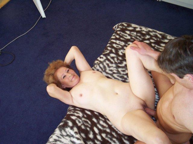 После эротичного позирования красивую бабку ебет внук на кровати