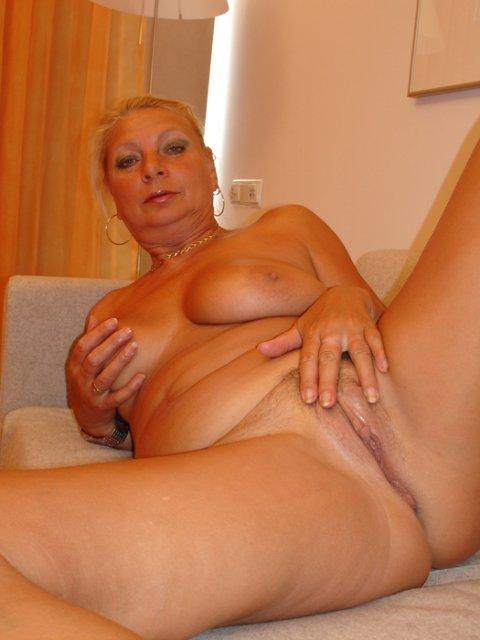 Бабка с большой жопой мастурбирует матку и трахается в ванной