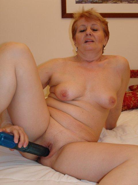 Бабка с бритой пиздой после онанирования ебется по-собачьи