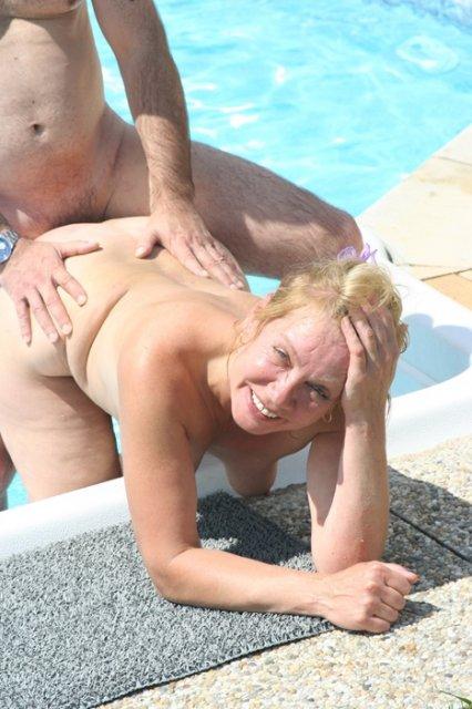 Богатая бабка развела опытного мужика на нежный секс у бассейна