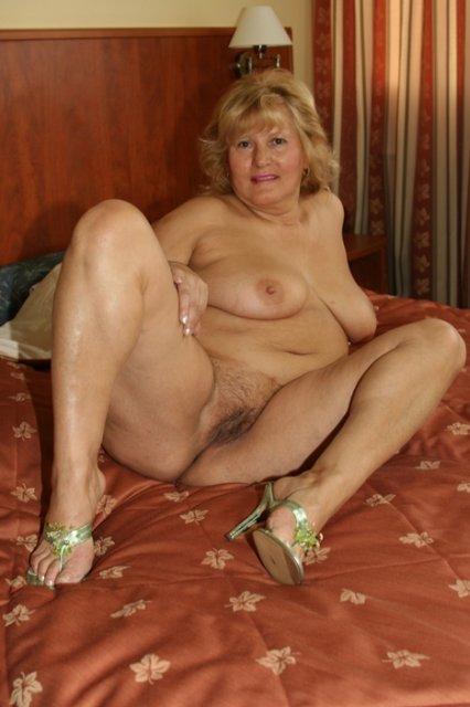 Жирная бабка в спальне снимает стринги и лифчик в горловом минете