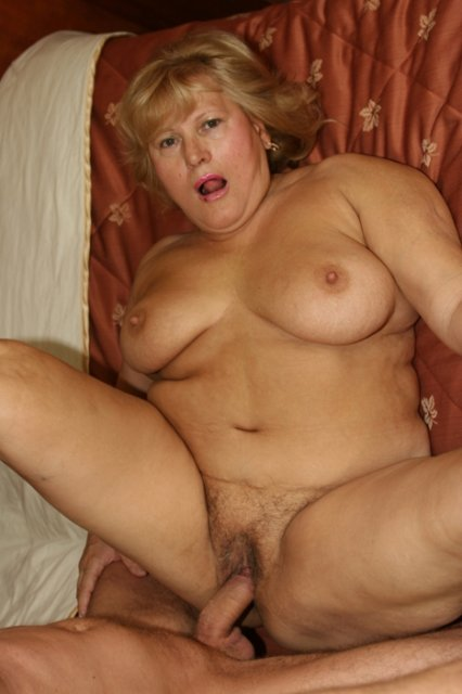 Жирная бабуля на кровати фото 539-993