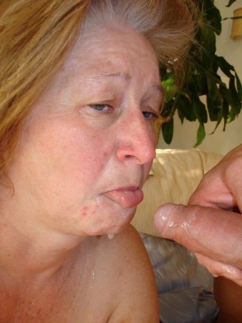 Голая бабуля онанирует вибратором и ебется влажной писей сверху