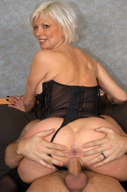 Гламурная бабуля в корсете после позирования берет в рот хер