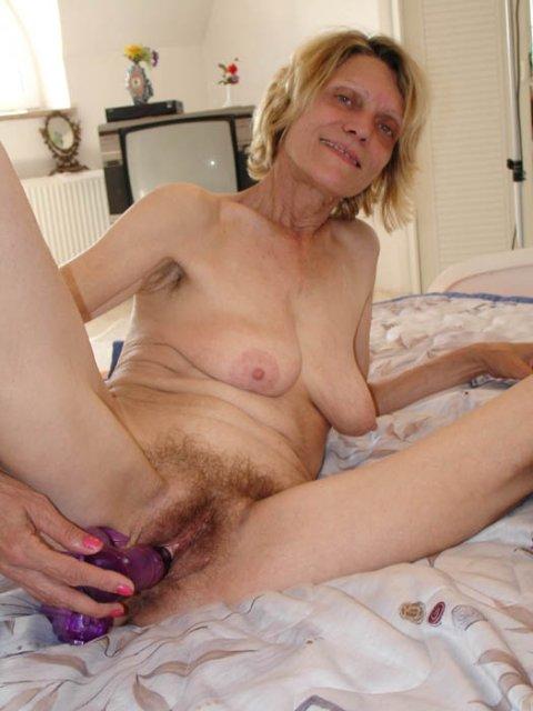 Худощавая бабуля ебется в инцесте с внуком на кровати