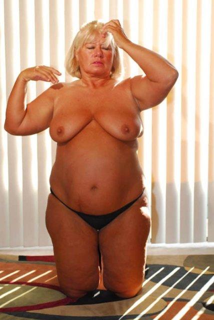 Жирная бабуля на кровати фото 539-432