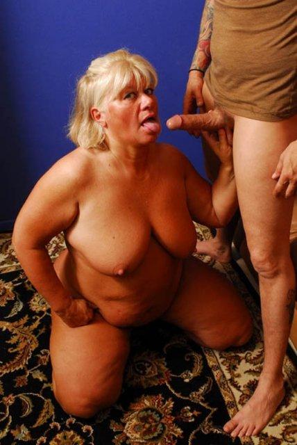 Жирная бабуля с большой жопой после минета трахается маткой