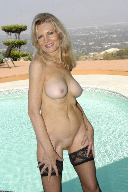 Обнаженная баба у бассейна после дрочки отлизала у негра