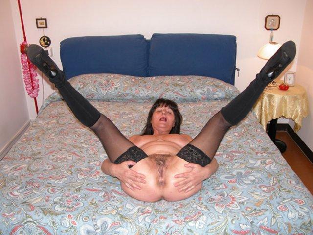 Баба на каблуках занимается сексом раком в бритую пизду