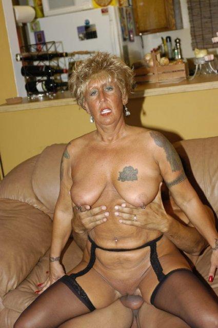 Гламурная баба с татуировками ебется мокрой щелью на пенисе