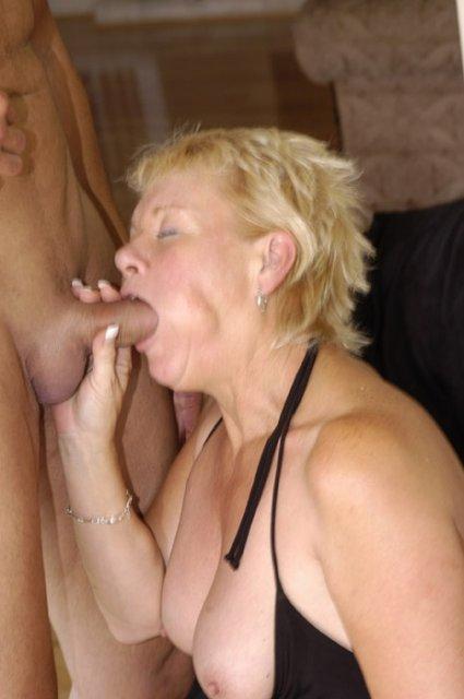 Полная красивая баба мастурбирует вагину и ебётся с минетом
