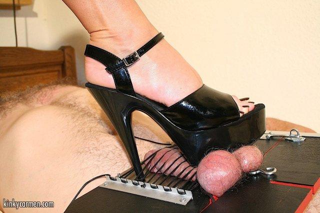 Жесткое БДСМ с доминирующей брюнеткой на каблуках