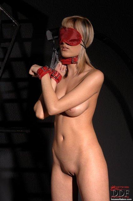 БДСМ с грудастой связанной блондинкой и оральным сексом