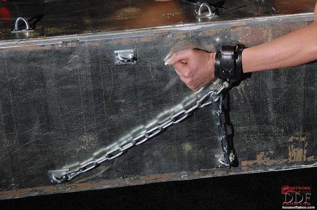 Опытной брюнетке в латексе в БДМС дрочит резиновым хуем узкое очко