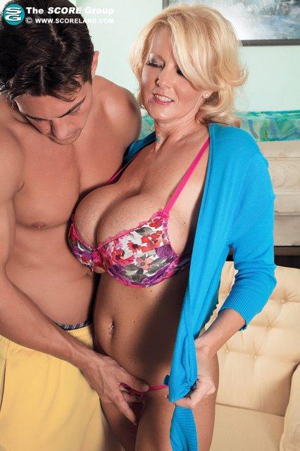 Секретарша с большой грудью сексуально скачет на эрегированном члене