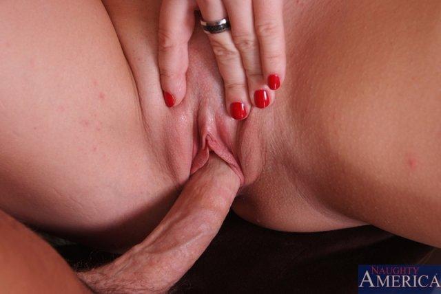 Проститутка с большой грудью ебется в позе раком на диване