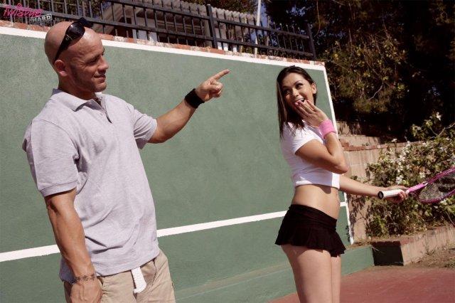 Спортивная девка с бритой пиздой ебется на свежем воздухе