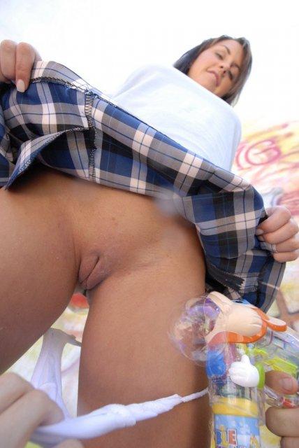 Опытной школьнице поле анилингуса дрочит бритую пизду на улице