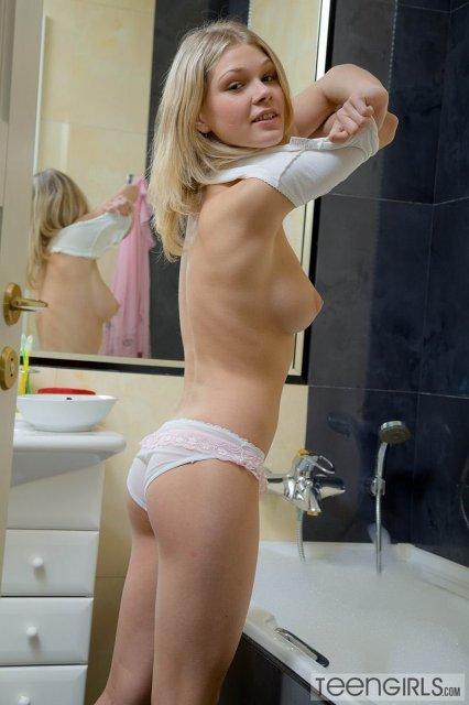 Страстная блондинка в душе показывает висячие титьки и гладкую писю