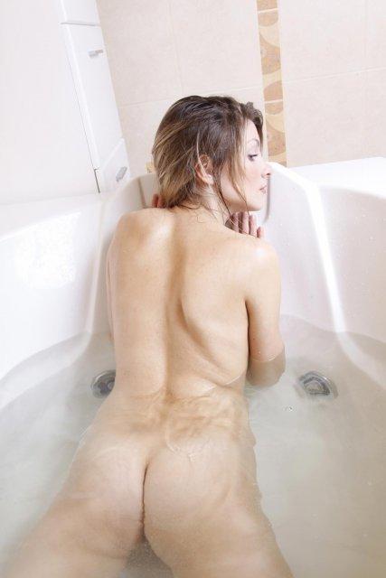 Худощавая девица в душе с бритой киской раздвигает ляжки