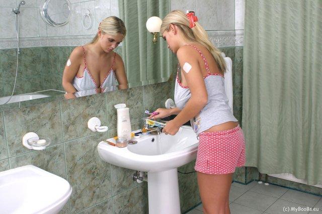 Подглядывания за грудастой блондинкой с аппетитной попкой в душе