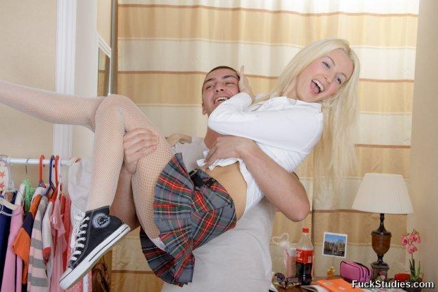 Блондинка в нижнем белье страстно отсасывает огромный хер и трахается