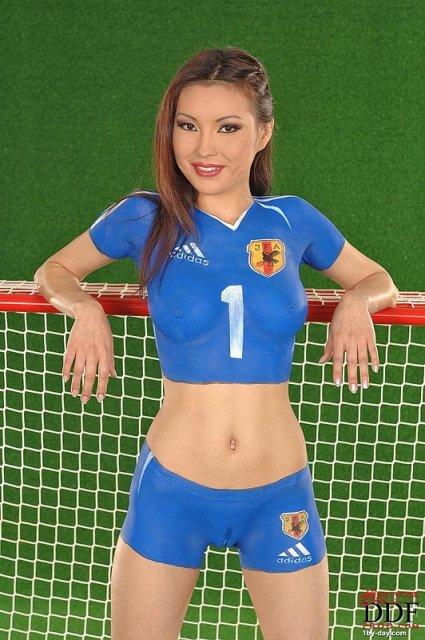 Молодая китаянка в форме сексуально позирует на ню фото