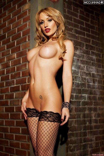 Гламурная телка в чулках сексуально снимает эротическую одежду