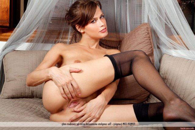 Худощавая жена в чулках ласкает нежный клитор и половые губы