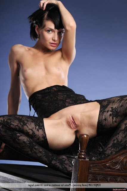 Симпатичная студентка в чулках и корсете на ню фото с голыми дойками