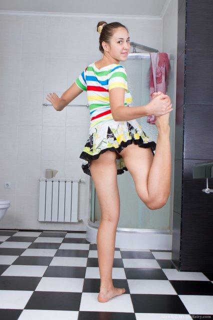 Красивая шлюха с волосатой пилоткой в ванной снимает одежду