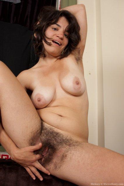 Высокая женщина с мохнатой пиздой позирует голой на столе