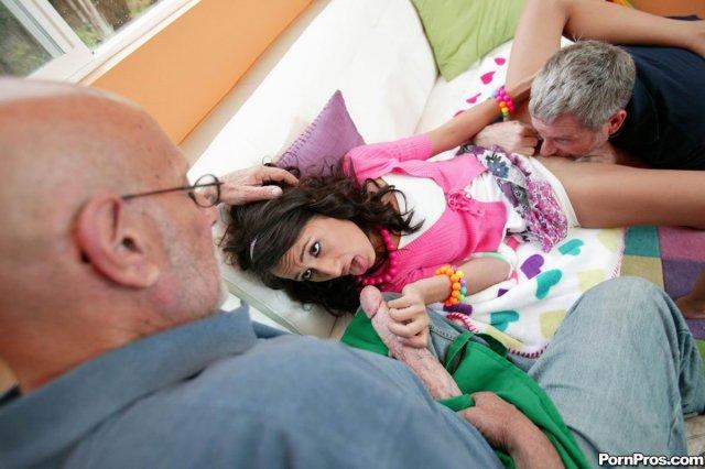 Худая шлюха на фото галерее отлизывает короткие члены у дедушек