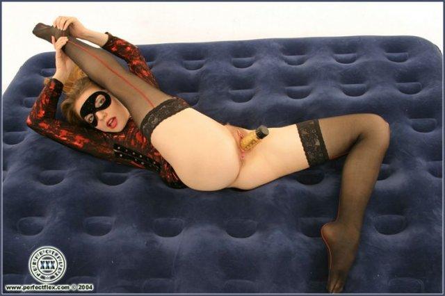 Красивая гимнастка в маске облизывает вибратор и дрочит