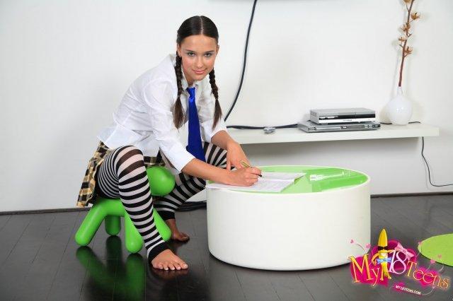 Гламурная школьница показывает бритую писю под юбкой и ебется по-собачьи
