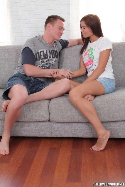 Голая шатенка отлизывает пенис и занимается настоящим сексом на диване