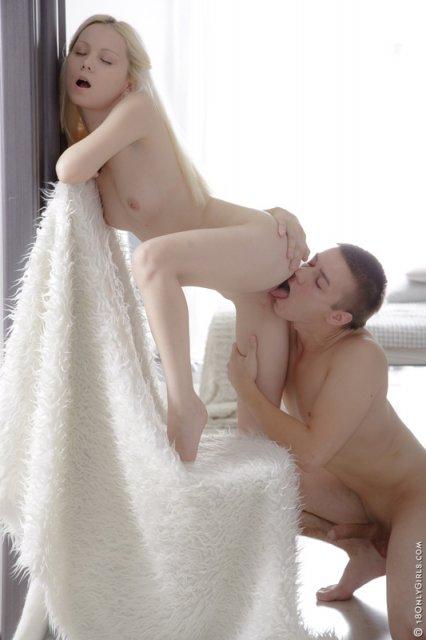 Первый секс и глубокое куни с симпатичной блондинкой, раздвигающей ноги