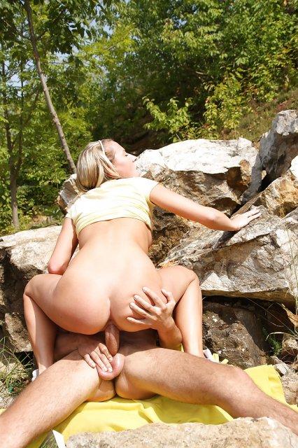Молодая блондинка с пирсингом ебется сочной дыркой на природе