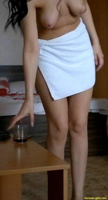 Молодые девицы на мобильных фото демонстрируют грудь и ебутся в презервативе