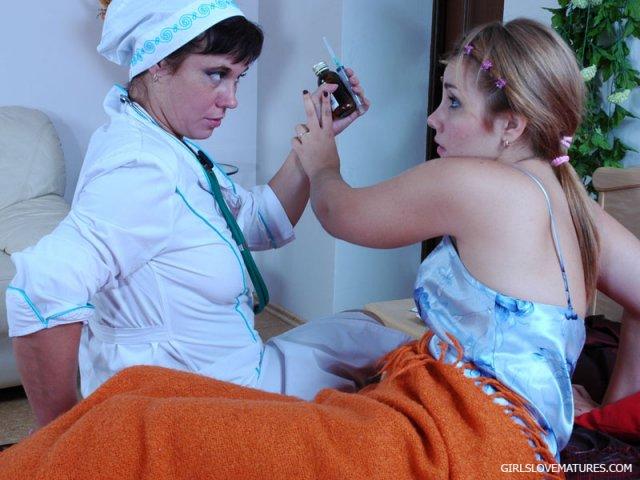 Взрослая медсестра показывает грудь и дает вылизать мокрую писю