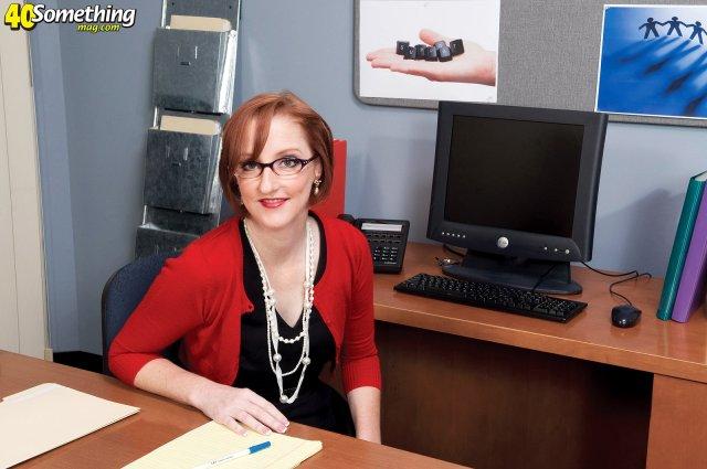 Рыжая мама в офисе развела на секс в гладкую вагину и кончила