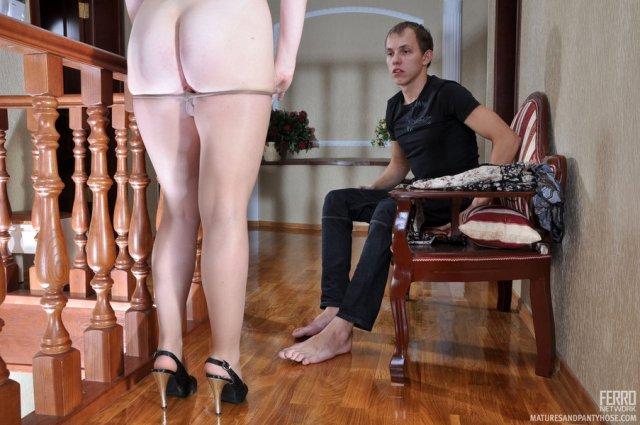 Кудрявую маму на каблуках сын ебет в инцесте по-собачьи