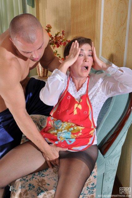 Развратная мама на кухне сняла колготки и стала трахаться пиздой