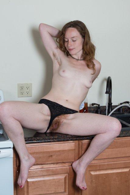Рыжая школьница мастурбирует душем лохматую пилотку и анус на столе