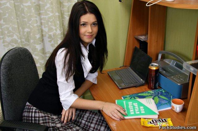 Молодую девушку ебут в офисе