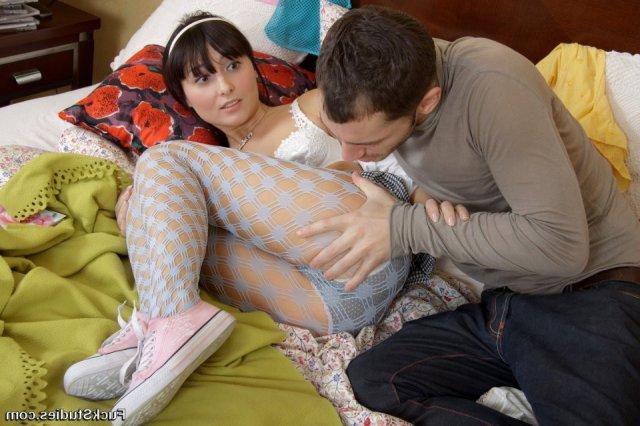 Строптивую школьницу ебет в анал толстым хуем в спальне