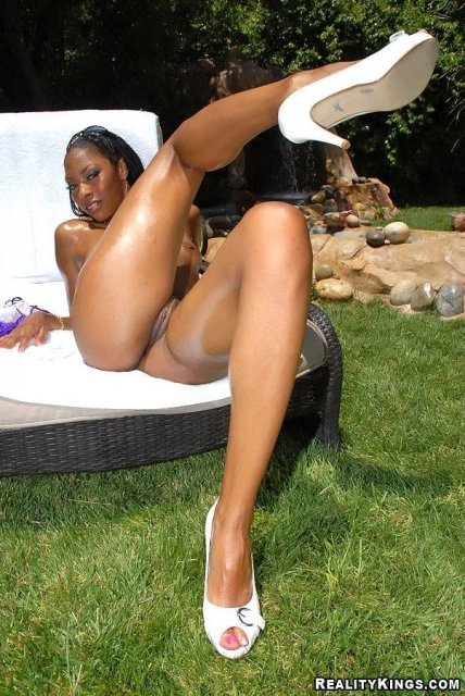 Жопастая негритянка с маленькой грудью трахается у бассейна без презерватива