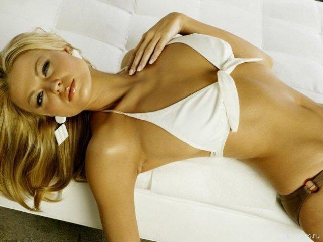 Известная Ирина Воронина в душе сексуально снимает лифчик и стринги