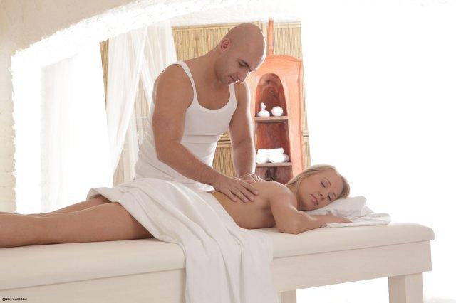 Во время эротического массажа на красивом порно самец достает хуй